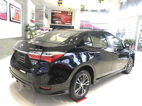 duoi xe Toyota Corolla Altis 2021 mau den